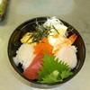 水無月 - 料理写真:ランチのオススメ海鮮丼。写真は特上。9種類のネタが乗ってジャスト1000円!特製の出汁醤油でお召し上がり下さい。