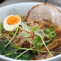 コイコイ - 【中華fそば】鶏ガラと魚介のスープ、さらに「にほんいち醤油」と小豆島産醤油をブレンド!