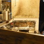 豚小家 - ガラス張りの焼き台(炭火です)