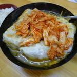 餃子どん - キムチ鍋にでかい餃子を入れる、餃子キムチ鍋(5個800円)