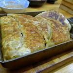 餃子どん - 餃子タレを浸して、テフロンパンで焼きあげる、かなり独特な仕上がりですね・・・・