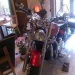 Cafe ぶらっと - 店内にバイク!