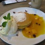 チェルシーカフェ - 季節限定、マンゴーのパンケーキ。
