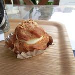 シャロン - 料理写真:人気商品というシュークリームをイートイン(缶コーヒーは近くのスーパー)