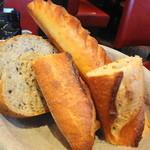 ブラッスリー・ヴィロン - バゲット・ゴマなどの入ったパン・ヴィノワズリーのバスケットから選んだミルクのパン