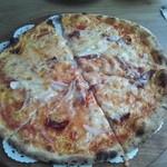 もく遊りん 食工房 - トマトとチーズとベーコンのピザ