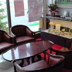 松月堂 - 店内の喫茶スペース