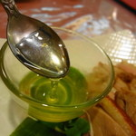 獅門酒楼 - 緑色の甘酢ソースをかけていたただきます