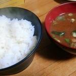 秀らく - ご飯と味噌汁(赤出汁) ご飯が美味しかった
