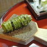 福也 - 生ワサビを摩り下ろしてうな丼を待ちます