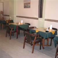 アリアナレストラン - インドの象徴である緑と黄色が目立ちます★