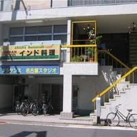 アリアナレストラン - 1階はフラダンス教室になっています。2階が本店です。近くにコインパーキングがり、駐輪所もあります。