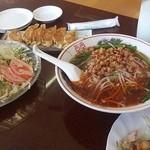 鴻運 - 餃子、サラダ、台湾ラーメン