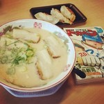 博多金龍 - 肉盛りラーメン 590円 + でか餃子&ご飯 320円。