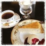 シャンドレ - 料理写真:あじさい寺 千光寺を観た後に、ちょっと一休み。 昔ながらの喫茶店〜シャンドレ。 ケーキセットのミルクレープは、懐かしいバタークリーム味でした。  カフェやスタバ、タリーズではない珈琲やさんも、たまにはいいですね。 ケーキセットは800円。