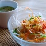 エピスカフェ - ランチのサラダとスープ