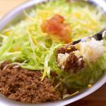 沖縄そばと島豆腐の店 まつばら家 - 自家製タコミートに自家製チリソースを使用して、シャキシャキの細切りレタスがアクセントとなる一品です。