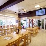 沖縄そばと島豆腐の店 まつばら家 - 店内は50席あり広々。テレビではスポーツを放送する時もあります