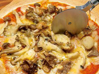 カーヴ隠れや - 色々きのこのフンギエフンギ 5種類の美味しいピザをご用意してます