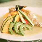 イシガキ ユーグレナガーデン - 【ユーグレナ・グリーンカレー】ココナッツ風味のカレーに鶏もも肉を入れ、鶏肉の旨味が出るまで煮込みました。石垣産ユーグレナを加えることで、コクのあるグリーンカレーに仕上げました。