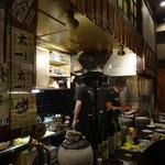 やきとり炭家 - 店内厨房とカウンター席