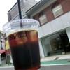 ボラード - ドリンク写真:アイスコーヒー(ブラジル)。後ろは店舗