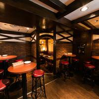 麦酒倶楽部 Hachi - ハイテーブルを囲んで座って飲むもよし、立って飲むもよし♪