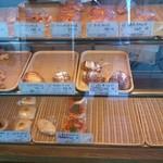 パン・ペルデュ - ケーキのようなショーウインドーに入っています。