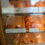 パン・ペルデュ - 個性的なパンが多く並んでいます。