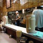 麺匠 呉屋 - カウンターに居る人は全員厨房を見て、今か今かとラーメンの出来上がりを待っています。