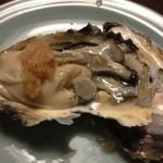 きじ家 - 料理写真:岩牡蠣二個甘い
