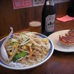 トナリ - 至福のフルコース♪野菜たっぷりタンメン(680円)、餃子(280円)、瓶ビール(アサヒスーパードライ、中瓶、500円)です!