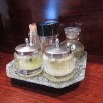 ラーメン 菜香 - 卓上の調味料