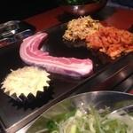 ベジテジや - 白髪葱の和え物、サンチュのみ、お代わり自由。キムチ、豆モヤシを鉄板で焼きつつ肉野菜と、サンチュで巻いて食べます。アルミの中身はチーズ。肉野菜と絡めて食べます。野菜たっぷり、三枚肉も5〜6枚食べて満腹‼