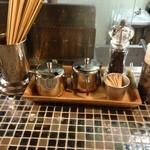 らーめん 五ノ神製作所 - 銀の壺はカレー粉と唐辛子