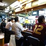 成田家 - 外の「ガラン」とした雰囲気とは打って変わって、店内はぶん混み!