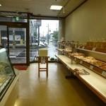 マタニ - パンの棚とケーキ類のウィンドー