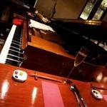 20020912 - 店内に鎮座するピアノ