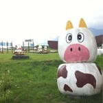 ヤツレン ソフトクリーム売店 - 牛だるまが村のあちこちにいます。