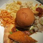 ビタースイーツ・ビュッフェ - お皿に取った料理 中央はハンバーガー