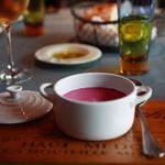 ル・プティ・ブドン - ランチのスープ。赤カブの冷製スープ、ルクルーゼのココットでいただきます。