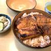 たばこや - 料理写真:「うなぎ丼」(1,700円)。かなり・・・な迫力ある鰻がドーンとのっかってます。