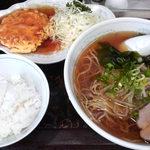 新華苑 - 料理写真:冷やしラーメン、カニ玉子焼の甘酢かけ、小ライス。