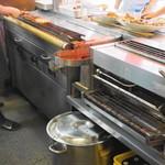 江戸っ子 - 左は遠赤グリラーの焼き台、右は下焼き用の機械