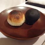 20124817 - ゴマとイカ墨のパン