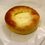トシオークーデュパン - ちょっと甘酸っぱいクリームのはいったパン 250円か300円  ちょっとぱさっと系 冷やして食べてとのアドバイスです