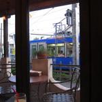 ピッツェリア トニーノ - 店内から世田谷線がよくみえます。