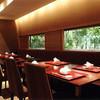 大和屋 - 内観写真:緑が見えるテーブル席