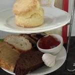 Y's tea room - 下段はサンドイッチ、焼き菓子、メレンゲ、紅茶のゼリー