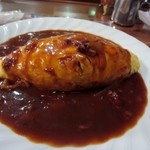 アンクル - ビーフオムライスはデミグラスソースたっぷりの見た目も美味しそうなオムライス。